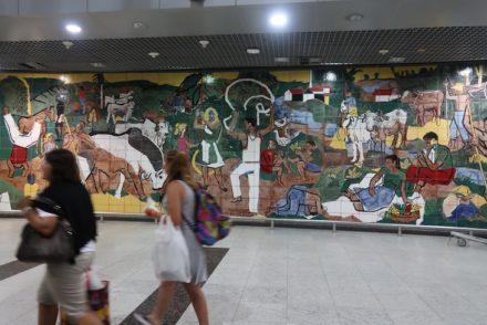 Painel de Francisco Brennand - Aeroporto Internacional do Recife, Brasil © Viaje Comigo
