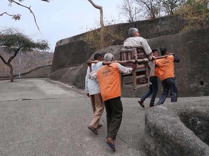 Cadeiras para transporte na subida - Ajanta Caves - Maharashtra - India © Viaje Comigo