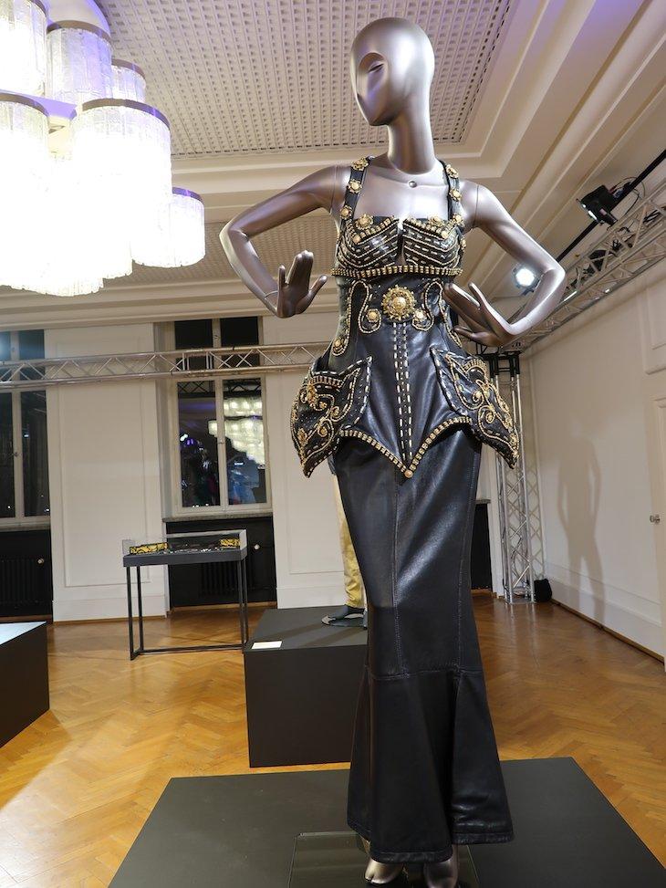 Corpete usado por Naomi Campell - Gianni Versace Retrospective © Viaje Comigo