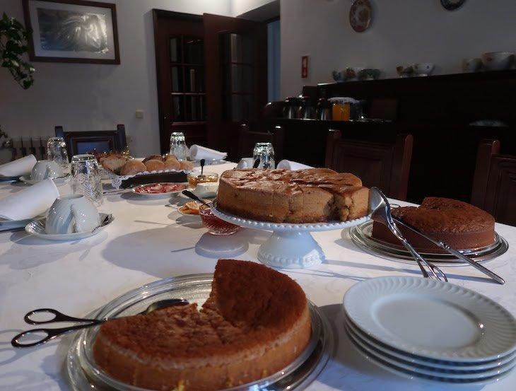 Bolos no pequeno-almoço na Casa da Padaria, Piódão - Aldeias Históricas de Portugal © Viaje Comigo