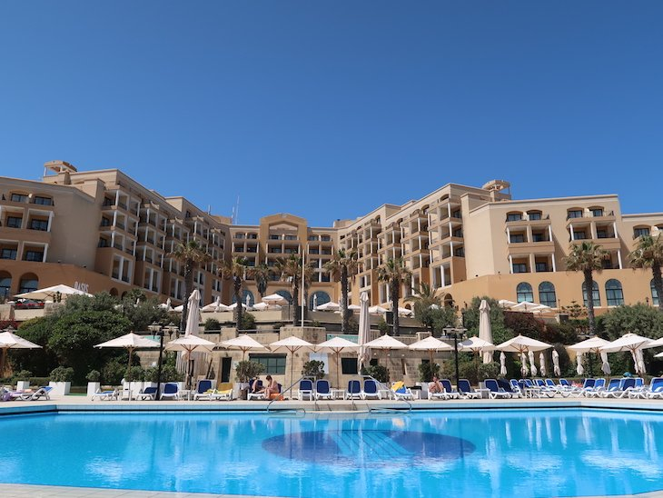 Piscina do Corinthia St. George's Bay Hotel, Malta © Viaje Comigo