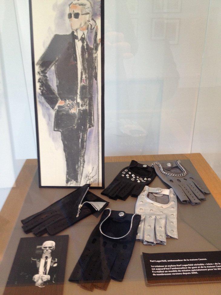 Exposição na Causse Gantier de luvas de Karl Lagerfeld - Millau © Viaje Comigo