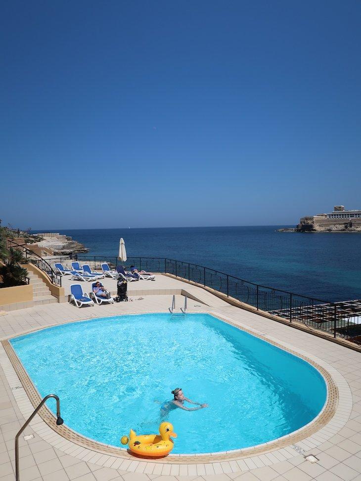 Piscina do Marina Hotel Corinthia Beach Resort, Malta © Viaje Comigo