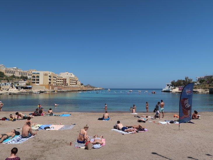Praia da baía, junto do Marina Hotel Corinthia Beach Resort, Malta © Viaje Comigo