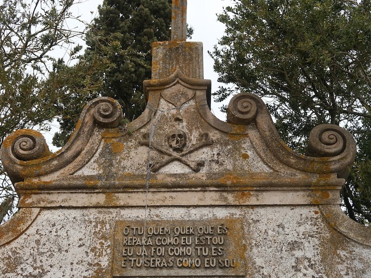 Frase no cemitério antigo - Almeida - Portugal © Viaje Comigo