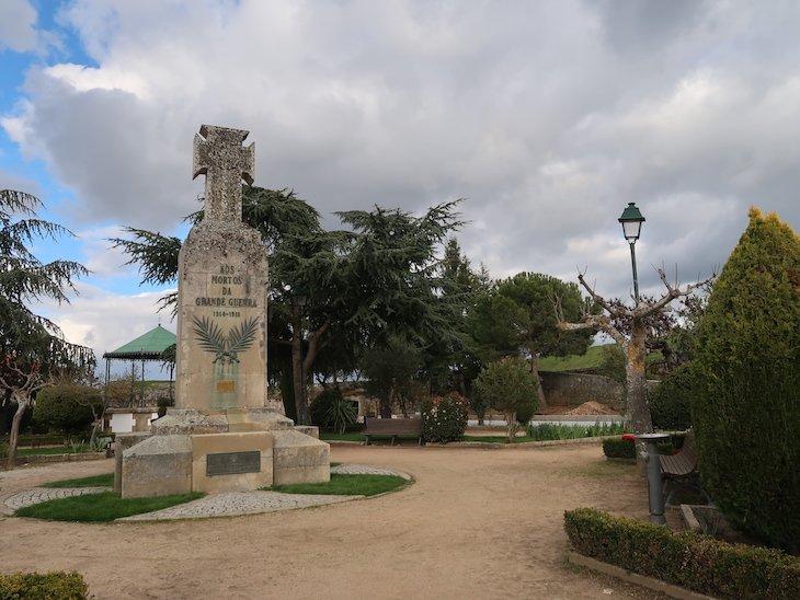 Jardim no centro da fortaleza de Almeida - Portugal © Viaje Comigo