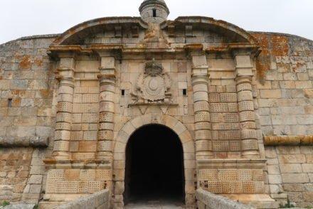Portas duplas de S. Francisco ou da Cruz - Almeida - Portugal © Viaje Comigo