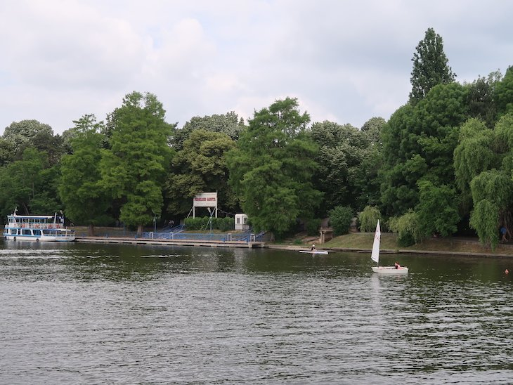 Passeio de barco no parque e lago Herăstrău - Bucareste - Romenia © Viaje Comigo