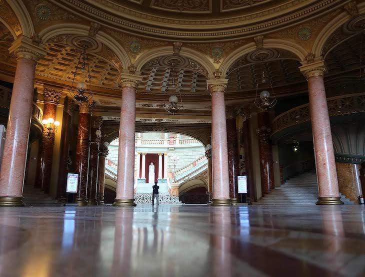 Entrada no Ateneu - Bucareste - Roménia © Viaje Comigo