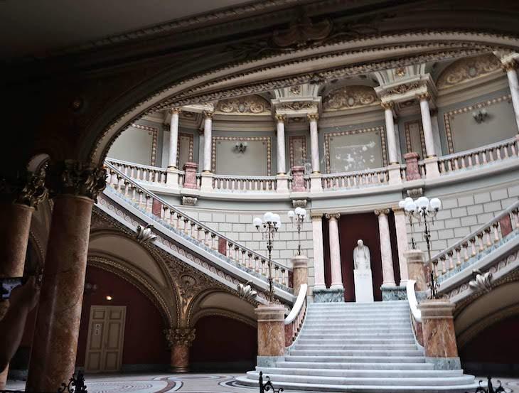Escadaria no Ateneu - Bucareste - Roménia © Viaje Comigo