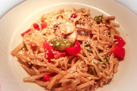 Prato de noodles Milaneza © Viaje Comigo