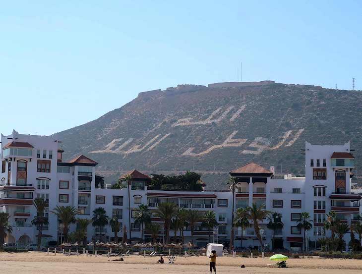 Palavras no monte: Deus, Marrocos, Rei -Agadir © Viaje Comigo