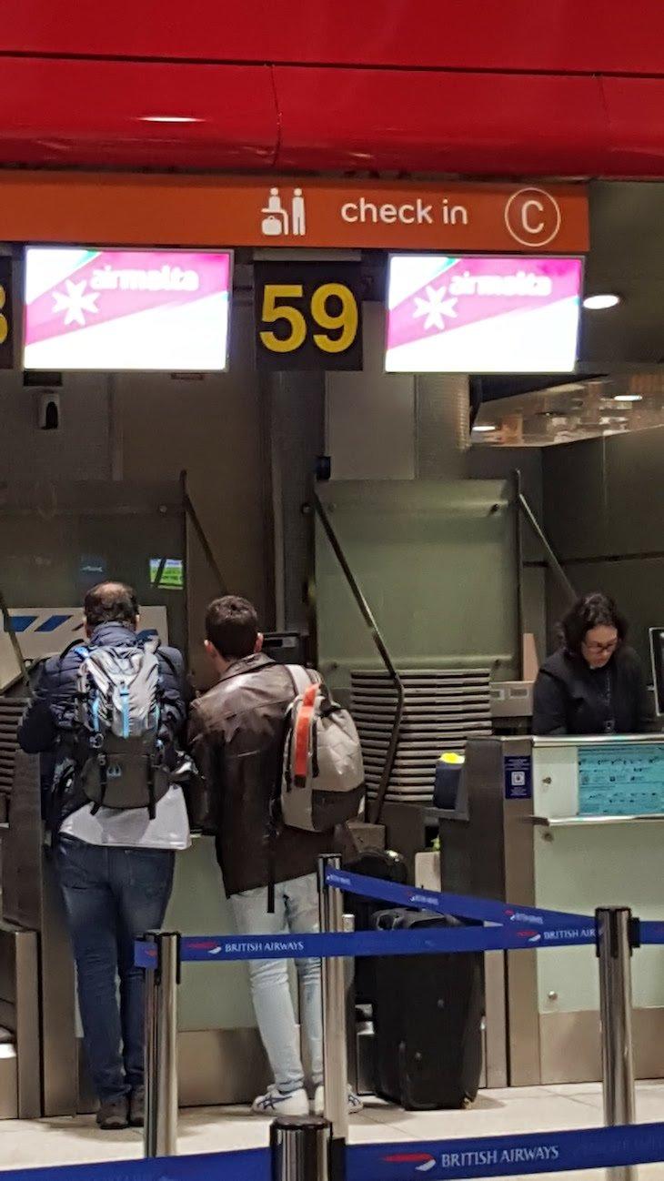 Aeroporto - Ecrã de Embarque e Check In © Viaje Comigo