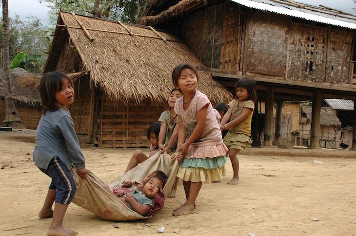 A brincar numa aldeia Khmur (uma das etnias do país) perdida nas montanhas, onde chegamos depois de 3 horas de caminhada