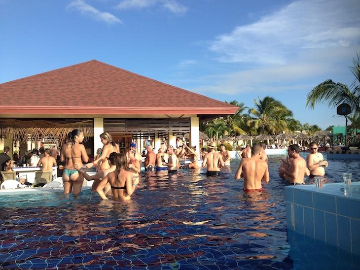 Bar na piscina no Riu Varadero, Cuba © Viaje Comigo