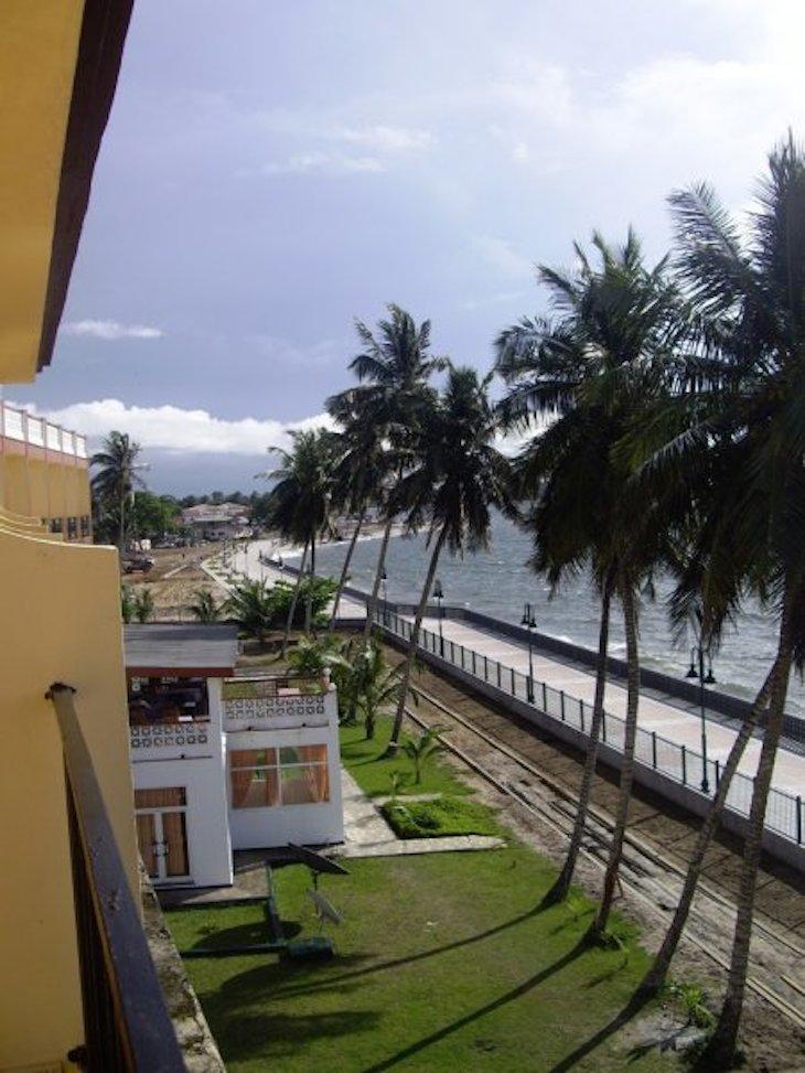 Passeio junto ao mar em Bata