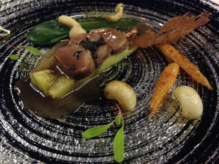 Lombo de cordeiro, suco de Petit Verdot Lima Mayer e trufas negras, salteado de cogumelos e migas de batata