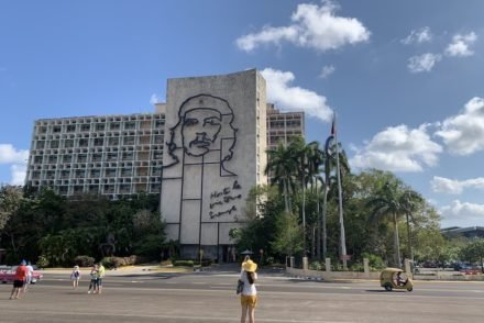 Susana na Praça da Revolução - Havana - Cuba © Viaje Comigo