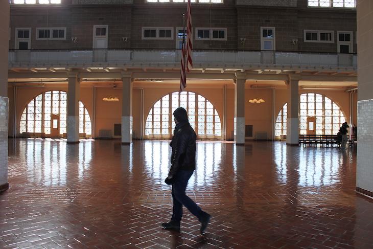 Sala de receção dos imigrantes, de Ellis Island
