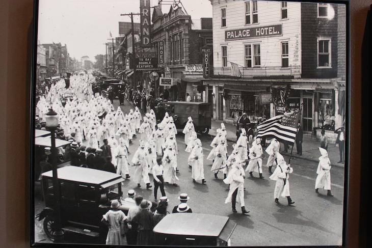 Foto de manifestações do Ku Klux Klan, Ellis Island