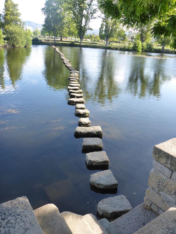 Pedras para atravessar o rio Tâmega, Chaves © Viaje Comigo
