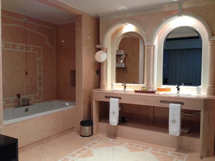 Casa de banho do quarto no Alentejo Marmòris Hotel
