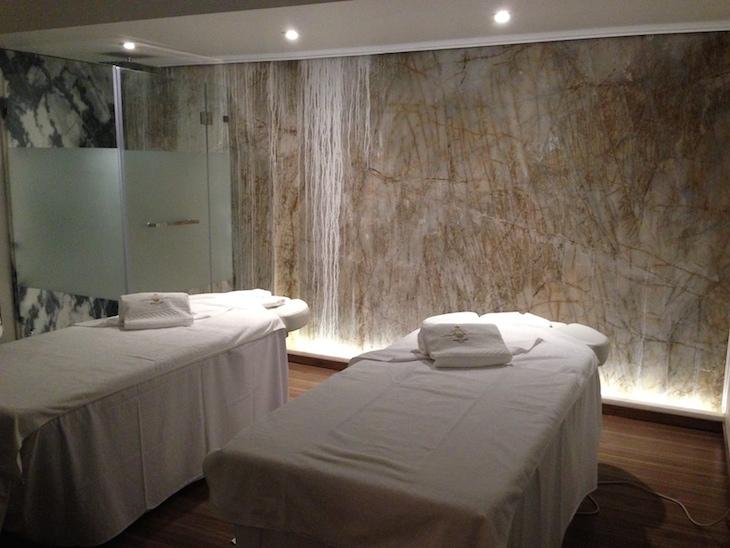 Sala de massagens com parede de mármore original © Viaje Comigo