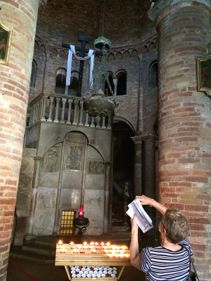 Dentro da Basílica de S. Stefano