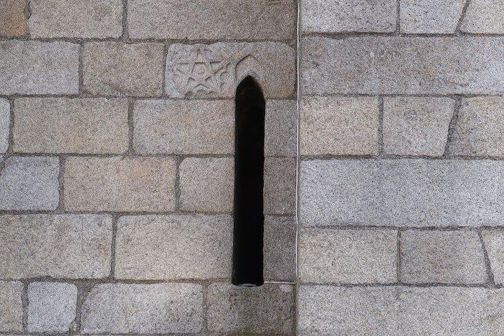 Inscrições nas paredes da Sé do Porto - Portugal © Viaje Comigo