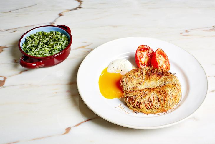 Alheira chocante com ovo BT tomate fumado e arroz de grelos - Foto: Paulo Barata