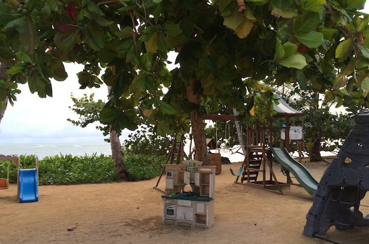 Brincadeiras para crianças na praia dos Balcones del Atlantico