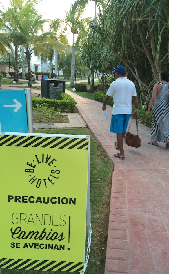 Sinal de obras no Be Live Canoa, Bayahibe, República Dominicana