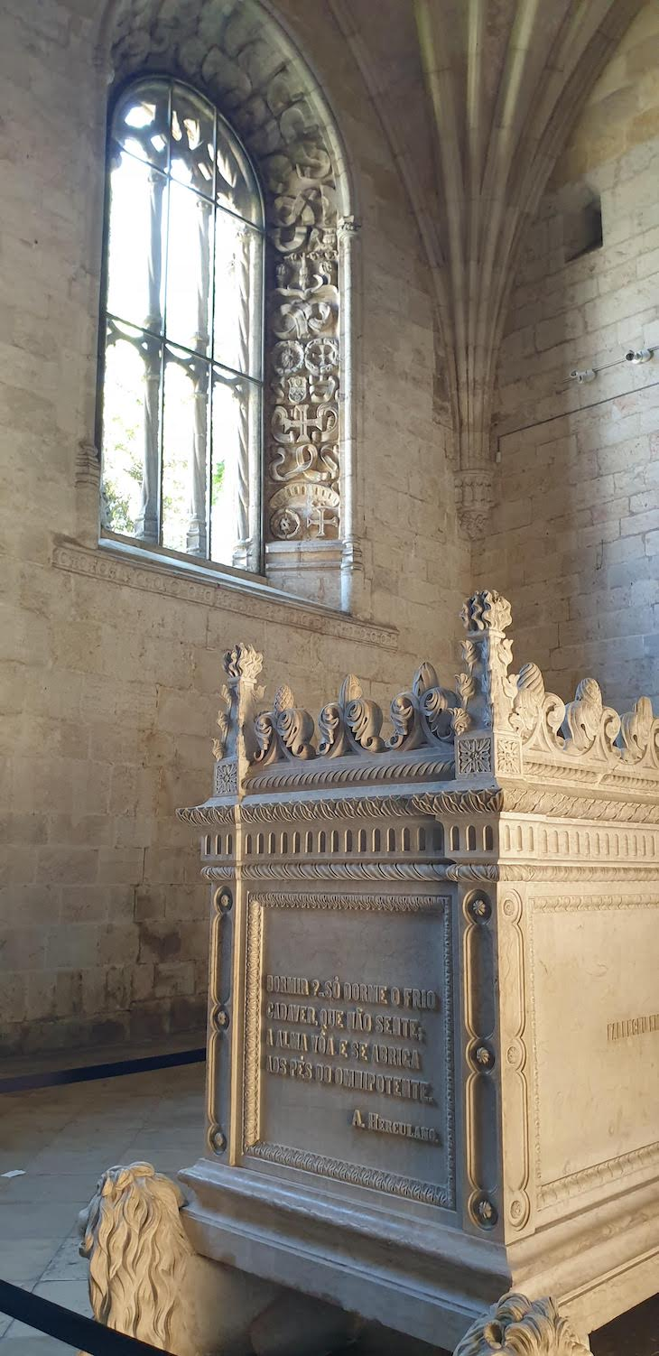 Túmulo de Alexandre Herculano - Mosteiro dos Jerónimos - Lisboa - Portugal © Viaje Comigo