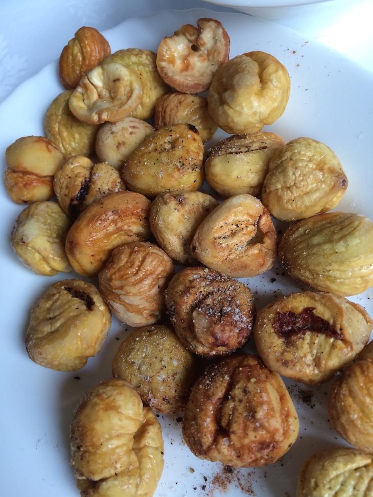 Comemos castanhas de todas as formas: assdas, cozidas com canela, em sopa, com cozinhados e esta fritas e temperadas com sal e pimenta... excelentes!