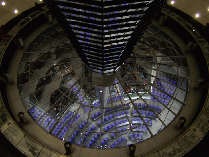 Vista, do topo do Reichstag, para dentro da sala © Viaje Comigo
