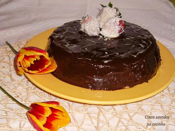 Bolo de tablete de chocolate com cobertura de chocolate pelo Cinco Sentidos na Cozinha