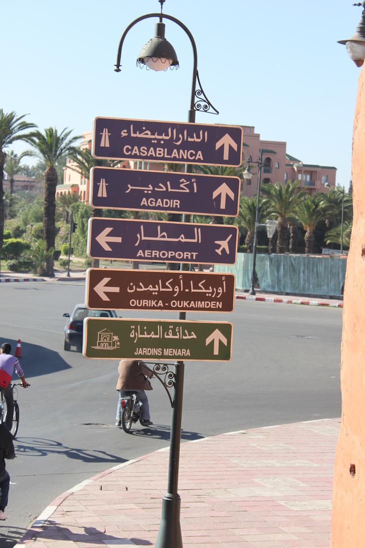 Placas na cidade nova de Marraquexe