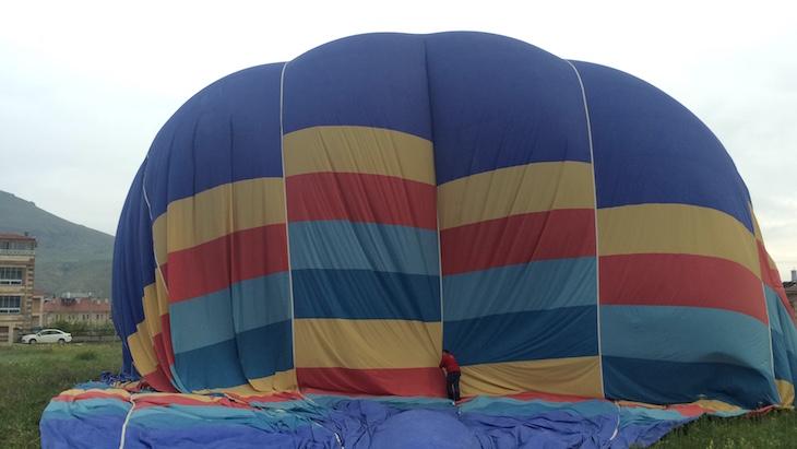 Arrumar o balão de ar quente © Viaje Comigo