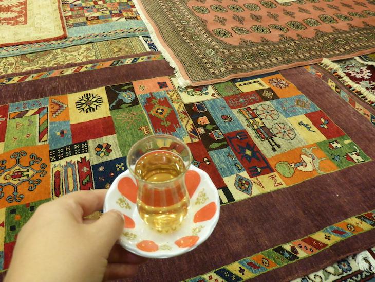 Chá na mostra de tapetes no Bazaar54, Capadócia, Turquia ©Viaje Comigo