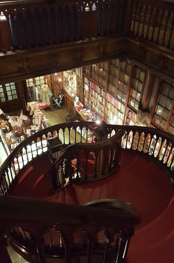 Escadaria Livraria Lello, Porto © Viaje Comigo