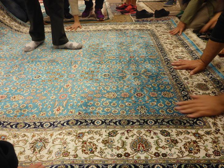 Experimentar e tocar nos tapetes - Bazaar54, Capadócia, Turquia ©Viaje Comigo