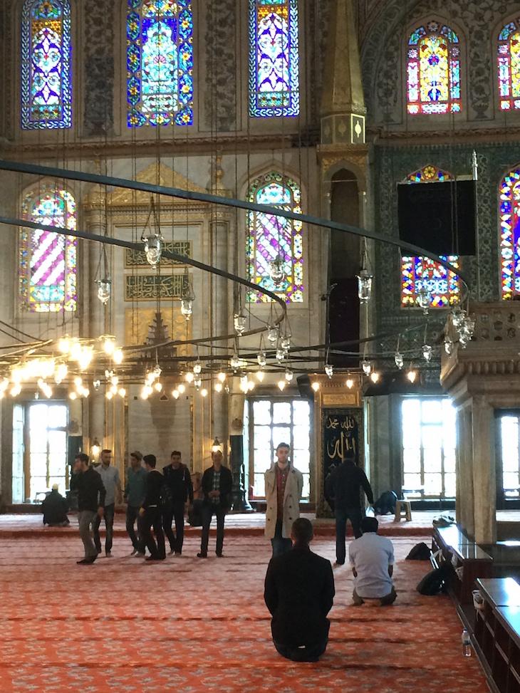 Oração na Mesquita Azul, Istambul, Turquia © Viaje Comigo