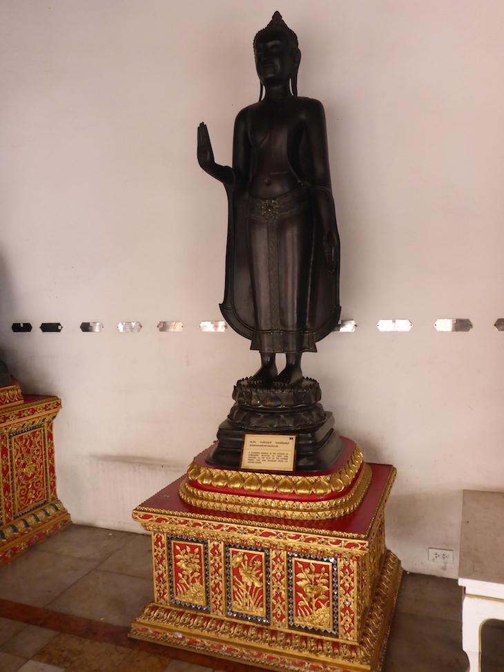 Estátuas em Wat Benchamabophit, Banguecoque, Tailândia  © Viaje Comigo