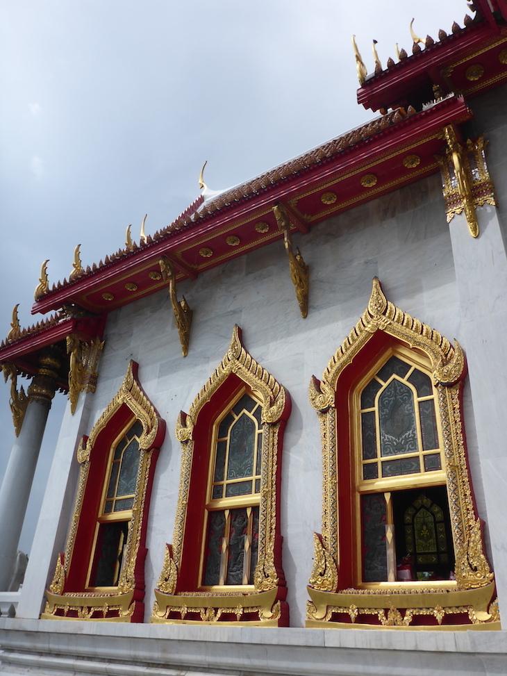 Janelas do Wat Benchamabophit, Banguecoque, Tailândia  © Viaje Comigo