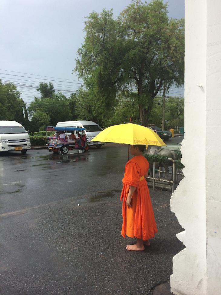 Jovem monge à entrada do Wat Benchamabophit, Banguecoque, Tailândia  © Viaje Comigo