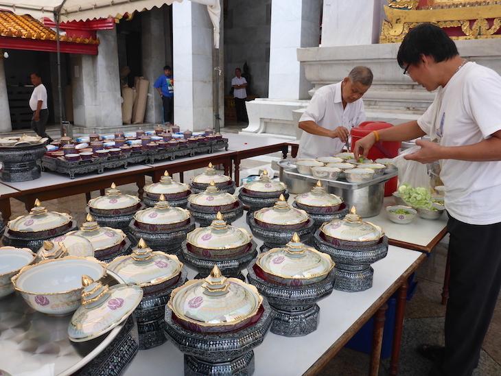 Preparar da refeição no Wat Benchamabophit, Banguecoque, Tailândia  © Viaje Comigo