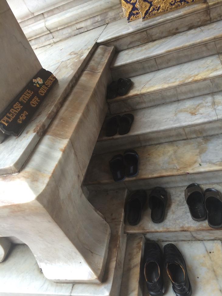 Sapatos à porta do Wat Benchamabophit, Banguecoque, Tailândia  © Viaje Comigo