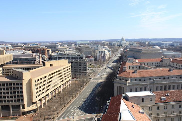 Vista para o edifício do FBI em Washington DC © Viaje Comigo