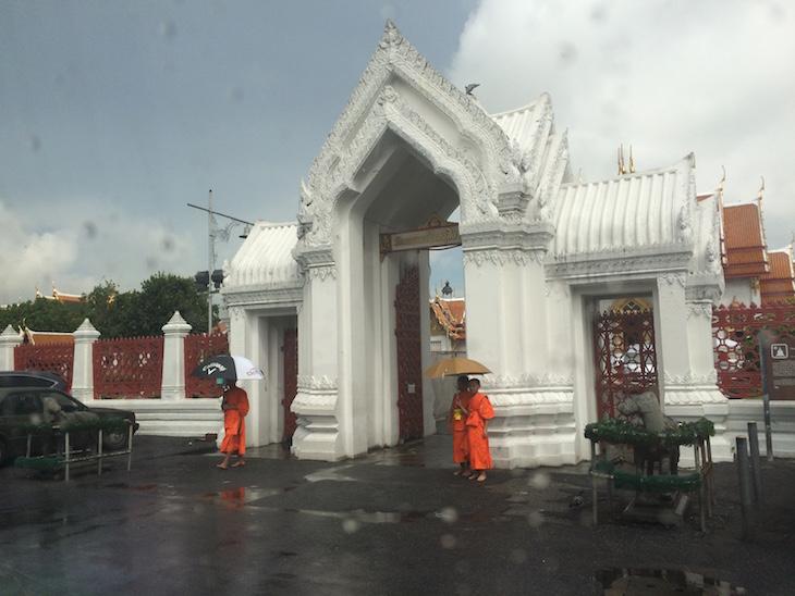 Jovens monges à espera dos monges mais velhos à entrada do Wat Benchamabophit, Banguecoque, Tailândia  © Viaje Comigo