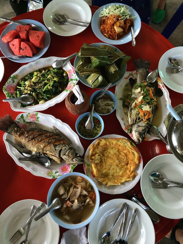 Comida na comunidade de ecoturismo Ban Nam Chiao © Viaje Comigo